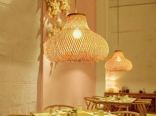 Đèn tre củ tỏi không buộc túm trang trí bàn ăn sang trọng